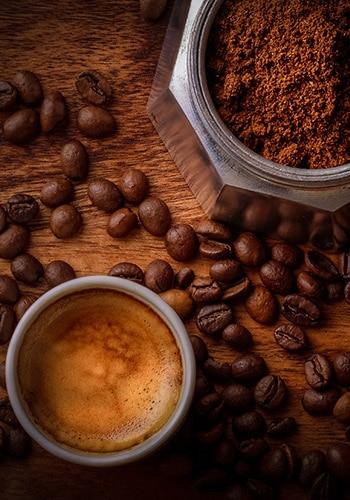 Kaffee mit ganzen Kaffeebohnen und gemahlenen